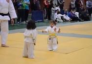 Trận judo siêu dễ thương của hai võ sĩ nhí